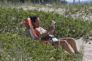 Anita Bagge från Hudiksvall bättrade på solbrännan från semesterresan till Kreta över ett stycke klassisk sommarläsning – deckaren i pocketformat.