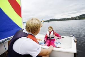 Josefin Harström har en storasyster som seglat tidigare, och nu är det Josefins tur. Här får hon instruktioner inför premiärturen.