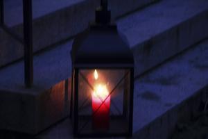 Ljuslyktor smyckade yttertrappan upp till Alfta hembygdshus.