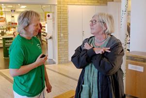 Fysioterapeuten Ewa Niemi-Andersson hjälper Gunilla Englund med ett benstyrketest.    – Hon klarar det galant, säger Ewa Niemi-Andersson.