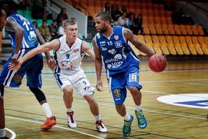 Danske landslagsmannen Adame Darboe var en av flera glädjespridare i Jämtlands träningsmatch mot Umeå. Darboe satte 20 poäng, varav fyra raka trepoängare.Arkivbild: Magnus Werme