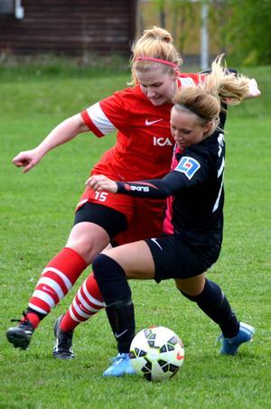 Emilia Johansson visar prov på Stödes fysiska spel. Här mot Pernilla Lundgren.