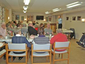 Falkgrändens seniorförenings lokal var välbesökt på torsdagskvällen. Många var intresserade av vad områdespolisen Hasse Rydberg hade att säga om grannsamverkan.