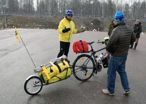 Ungefär 30 kilo packning har Bertil Konradsson med sig på cykeln.