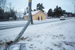 En lyktstolpe mejades ner på vägen mot huset.