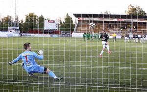 Dalkurdmålvakten, Frank Pettersson, får se sig överlistad under straffläggningen i Svenska Cupen.
