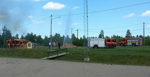 Räddningstjänsten koncentrerade arbetet på att förhindra att branden spred sig till intilliggande byggnader.