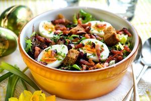 Salade Lyonnaise - en fransk sallad med rökt fläsk, brödkrutonger och ägg - känns precis lagom påskig.
