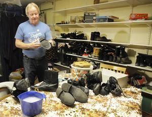Skor har man alltid bruk för, men de är inte alltid rengjorda. Mats Oldberg fixar det.