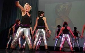 """-- Dans är jättekul men jag ska nog inte söka någon dansskola som jag vet att många andra i klassen kommer att göra, tror Ida Erkers, här längst fram under showens slutnummer till Spice girls """"Wannabe"""".FOTO: JENNIE-LIE KJÖRNSBERG"""