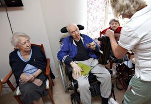 – Vi är tre killar och nitton brudar här, säger Lennart Englin som har kontrollräknat glöggsällskapet noggrant.Han spelar även bongotrumma med äldreboendets kör och får här sällskap av Hervor Berglund.