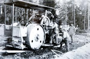 Då denna bild togs var vägvälten fortfarande ny i tjänst på Hedemoras vägar  Datering: 1930-talet.