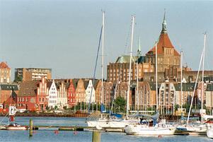 Många maritima sevärdheter och krogar som serverar färsk fisk hör till bilden av Rostock.