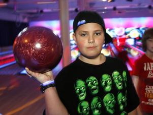 William Elgestad, 10 år, Bergvik, gillar verkligen att bowla.