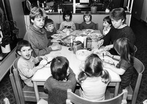 Marianne Broman och Inger Martinsson, personal vid daghemmet Drevkarlen, bojkottar från och med onsdag kommunens mat. De sitter med vid bordet när barnen äter, men äter inte själva. Drygt tusen förskollärare och barnskötare vid barnstugorna i Västerås deltar i aktionen.