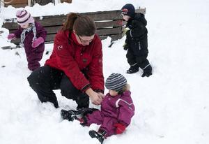 Isabelle 2 år är inte riktigt van med snö. Hon får lite hjälp av förskolefröken Lotta.