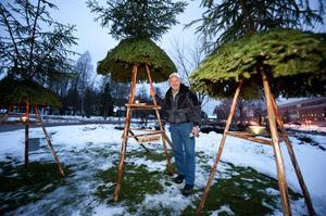 Hans Lindeberg lyser upp rondellen utanför pappersbruket med marschaller och egentillverkade grankonstruktioner.