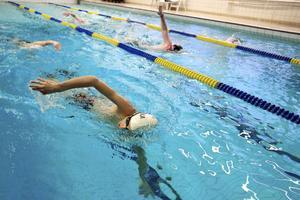 Intensiteten är väldigt hög när ungdomarna simmar i den 16 meter långa simhallen.