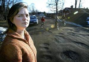 Vill varna. – Om barnen cyklar omkull i groparna kan de göra sig riktigt illa. De kanske inte tänker på att ta det försiktigt, varnar Anna Vikersjö i Gonäs.