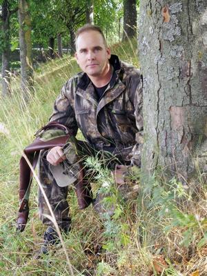 Niklas Färnstrands vapenfodral är tomt. Han har allt som krävs för att få jaga utom vapenlicensen. Nu har han väntat i sju veckor och förlorat mycket jakttid.