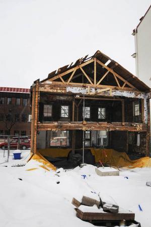 Som en urskrapad pumpa kan man beskriva huset med den gröna fasaden där det invändiga snart kommer att vara uppbyggt igen.