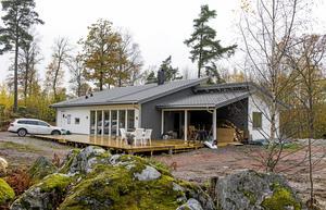 Kataloghus med egen touch. Huset är från Fiskarhedenvillan men paret har ritat om det för att få det precis som de vill. Tomten och den inglasade uteplatsen är de kommande projekten.