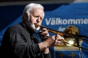 Kulturpristagaren Kurt Järnberg värmde de frusna nationaldagsfirarna med softa jazztoner.