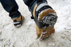 Med spetsiga ispiggar och dubbar under skorna kommer man längst och säkrast med alla ben i behåll i dessa tider.