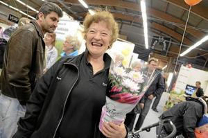 Jag vann! Enligt henne själv har hon inte kastat pil sedan hon var barn. Ändå lyckades Ingvor Olsson kasta mitt i prick och vinna en blomma i Ica Profilens mässstånd. Hon blev lika glad som överraskad av sina egna talanger.