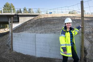 Olika modeller av viltuthopp byggs längs hela E4 Sundsvall. Annette Ekman, miljöansvarig i Trafikverkets byggprojektet visar på en av varianterna.