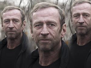 Per Holknekt gick från kläddesigner och entreprenör till missbrukare och hemlös och tillbaka till klädindustrin igen. Nu blir han mental coach för Mora IK.
