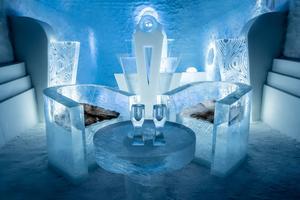 Bord och stolar i den största lyxsviten. Det permanenta ishotellet inhyser elva konstsviter och tio lyxsviter.