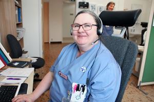 Carina  Tägtström är en av de sjuksköterskor som tar emot samtal från patienter. Flest ringer på måndagar.