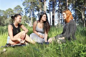 P-pillersnack i gräset. Gävleborna Lina Strömsten, Sandra Frost och Anna Lindqvist tycker det är fel att tjejer förväntas ta hela ansvaret för att förhindra graviditet och könssjukdomar.