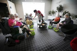De som bor på studiens äldreboenden har bland annat fått spa-behandlingar.
