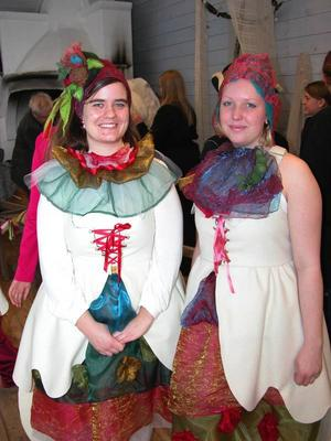 Festklädda. Elfrida Ahlby och Hillevi Svensson i fantasifull och lustfyllt stass påväg till Kung Salomos Gästabud i Himlaspelet. Flera av klädernas detaljer följer de teckningar som Rune Lindström själv målade från gästabudet.