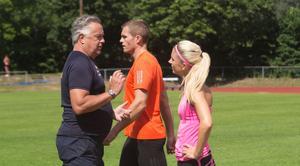 Här i samtal med tränaren Leif Robertsson. I bakgrunden sambon och träningspartnern Andreas Otterling.