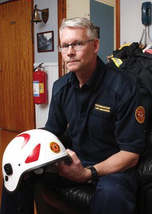 Räddningschef Lars Andersson behöver få tag i både släckningsbil och personal.