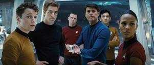 """Anton Yelchin (Chekov), Chris Pine (Kirk), Karl Urban (McCoy), John Cho (Sulu) och Zoe Saldana (Uhura) som unga hjältar i """"Star Trek""""."""