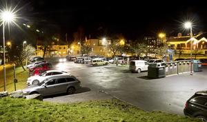 Den rödgröna majoriteten vill införa parkeringsavgift fram till 20.00 på vardagskvällar. Med argumentet att det är fullt på de citynära parkeringsplatserna. Så här såg Sorbonparkeringen i går kväll.