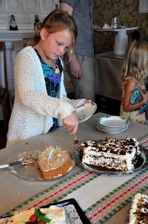 Alva Näsman från Krokvåg besökte tårtkalaset tillsammans med storasyster Nora Näsman och farmor och farfar.    – Det var goda tårtor, säger hon och fyller på fatet en andra gång.