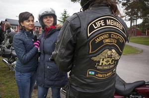 Yeganeh Parandehtalab och Laila Tabatabaee från Iran fascineras av motorcyklarna.