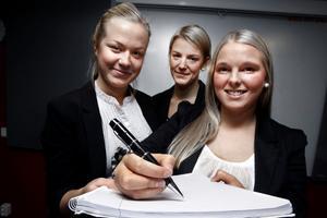 Therese Nilsson, Erika Klang och Emma Godin blev tvåa i klassen bästa UF-företag med sin USB-penna.