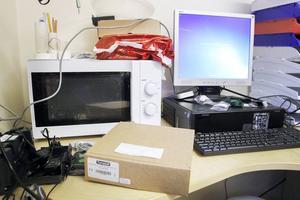 Mikrovågsugnen och datorerna får samsas på det lilla skrivbordet.