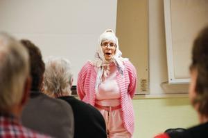 Cecilia Bruce från Messmörsteatern gav en försmak av sommarens teaterföreställning under torsdagens byaträff.