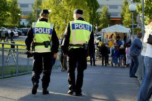 Polisen har det svettigt i sommar. Incidenter som dubbelmordet i Härnösand har gjort att övertidsarbetet blivit omfattande.