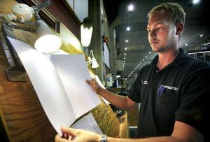 Robin Jonsson från Hudiksvall antogs som trainee i november förra året och jobbar just nu vid en av kartongmaskinerna där han bland annat kontrollerar kvalitet.