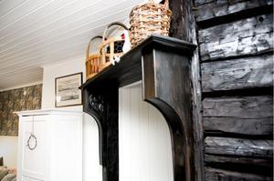 Hyllkonsolerna vid ingången till köket är gjorda av en soffa.
