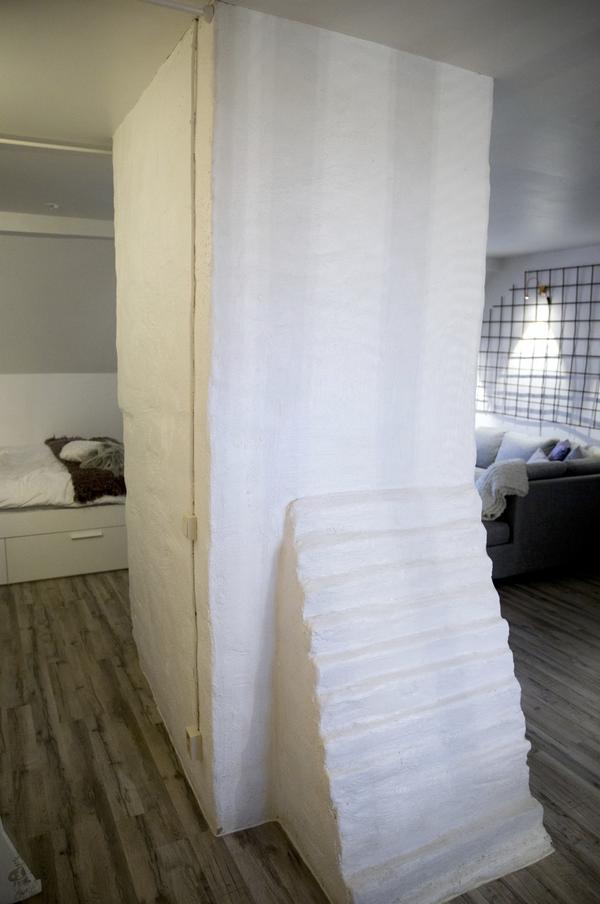 Muren mitt i lägenheten var det som Sarah först föll för när hon tittade på lägenheten.