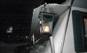 Lyktorna lyser på vintercamparnas husvagnar.